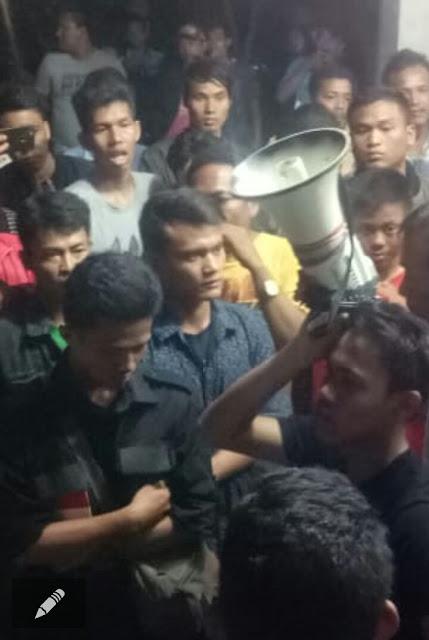 Warga berunjukrasa di depan kantor Satpol PP Tanjungbalai.