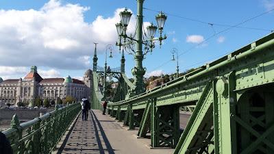 puente-de-la-libertad-frente-mercado-central-calle-vaci-budapest