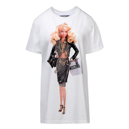 """No site internacional da grife você encontra camisetas e versões """"humanas""""  dos trajes usados pela Barbie especial… mas a boneca em si 5bddbfa1fc327"""