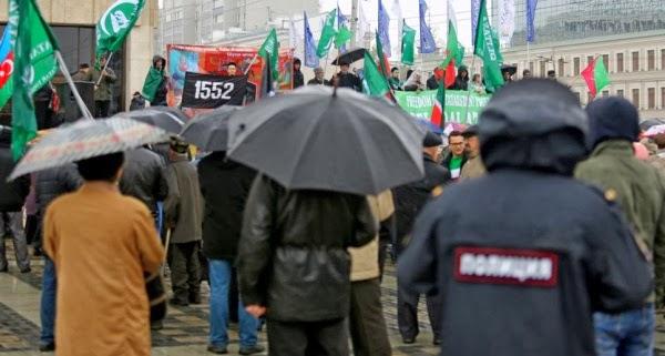 На фото слева: участники развернули на митинге и флаг братского Азербайджана