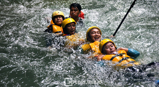aktivitas body rafting di green canyon pangandaran