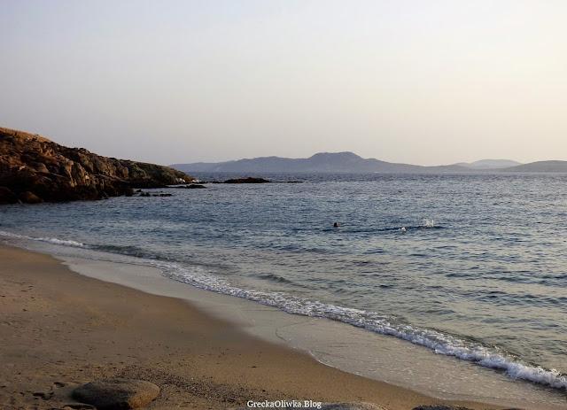 Spokojnie falujące Morze Egejskie w Zatoce Kapari w blasku zachodzącego słońca