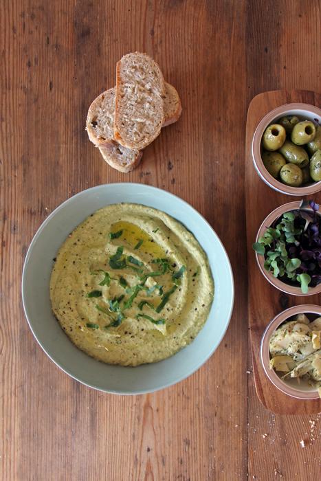 Bärlauch-Hummus mit Antipasti