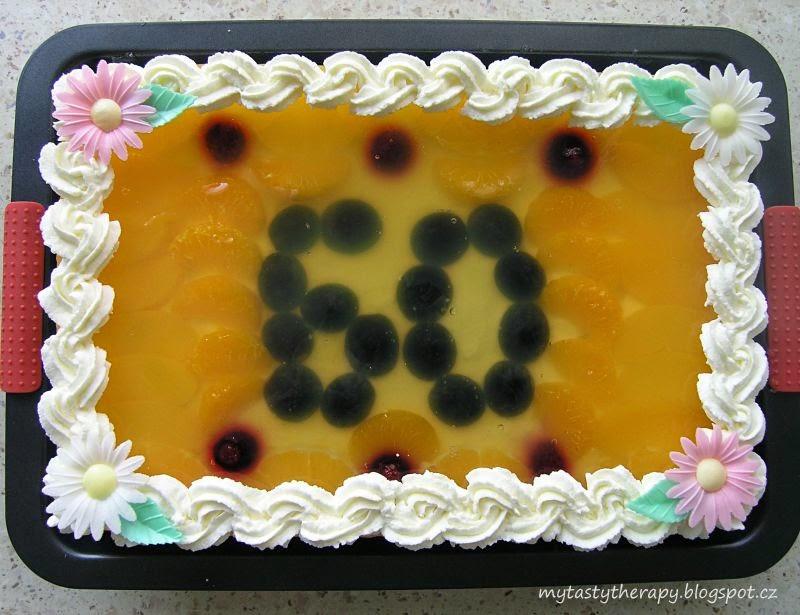 dort s ovocem zalitým želatinou a zdobený šlehačkou