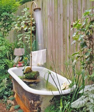 Manfaatkan bathtub / bak mandi bekas untuk membuat kolam ikan dan kolam tanaman. Bisa jadi dekorasi menarik di halaman rumah atau taman.
