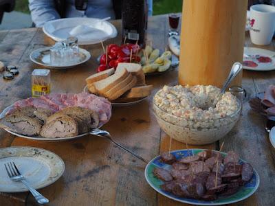 impreza urodzinowa, impreza na świeżym powietrzu, kociołek, pieczonka, tort