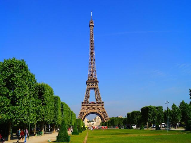 Torre Eiffel em dias típicos de verão