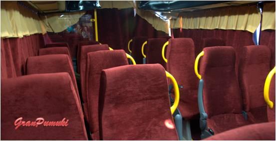 Decoración interior del Teatro Bus de Madrid, con butacas rojas de terciopelo y con cortinillas que nos aíslan del exterior para mejorar la sensación.