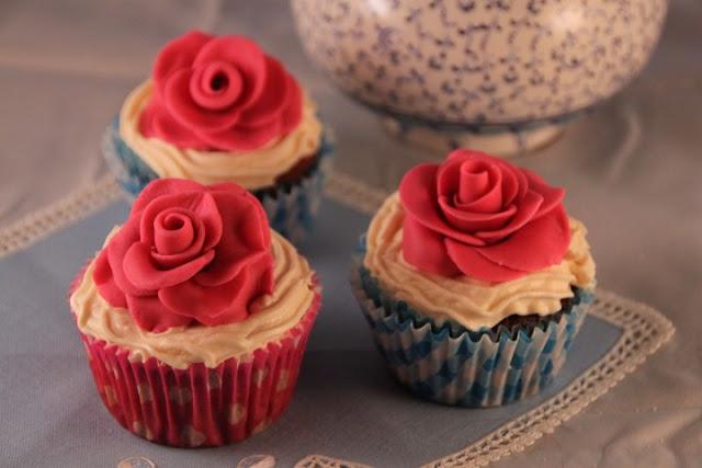 cupcakes-de-frutas-del-bosque, receta-san-valentin, berries-cupcakes, rosa-de-fondant