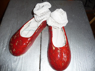 ceramiczne buty baleriny czerwone, wciśnięte skarpety do środka