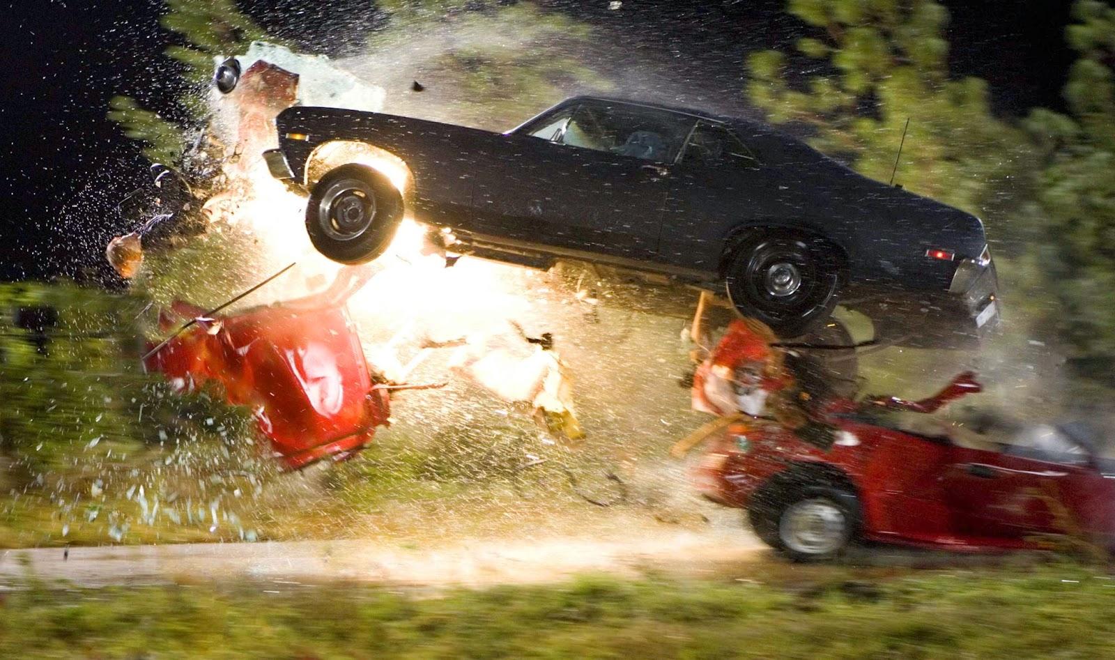 Un coche arrancando el techo de otro en pleno salto.