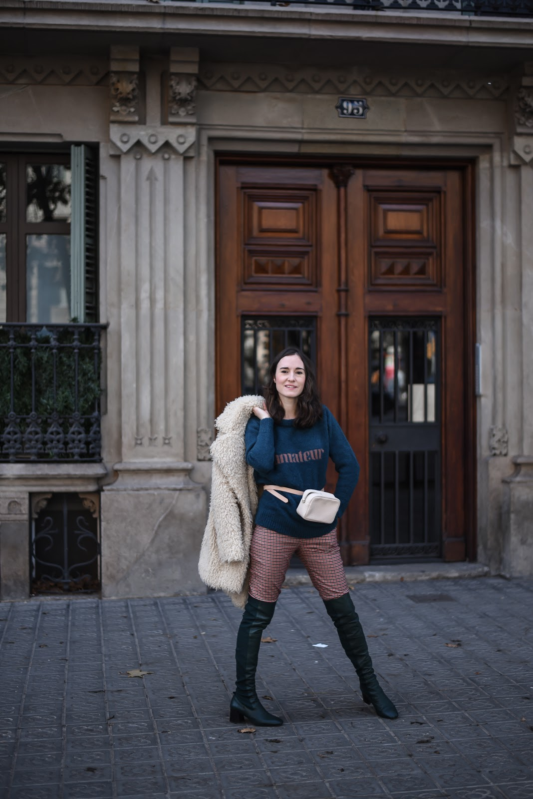 teddy_coat_belt_bag_over_the_knee_boots_street_style_barcelona