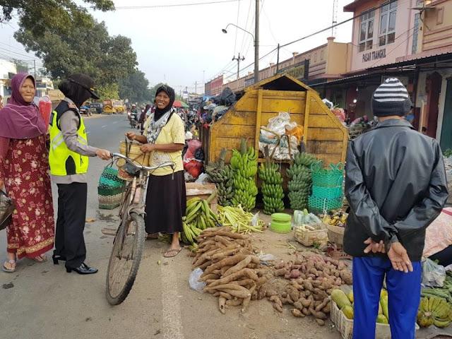Kapolsek Wedarijaksa Himbau Pedagang Pasar Trangkil Untuk Berhati-hati