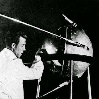 Un tecnico lavora allo Sputnik 1.