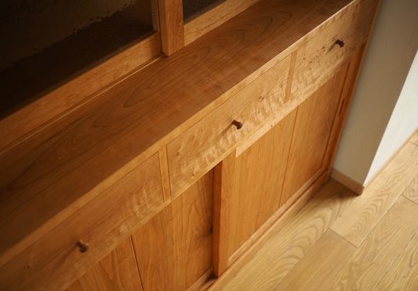 チェリー無垢の木の食器棚