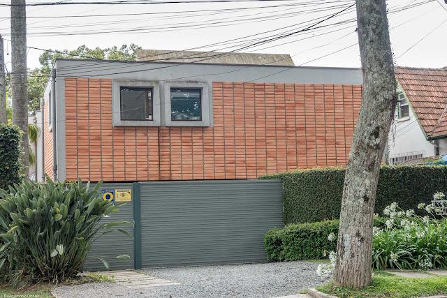Casa moderna com poucas aberturas na fachada principal