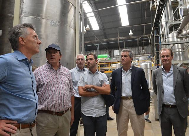El Presidente visitó en Concordia una PyME familiar que elabora jugos cítricos