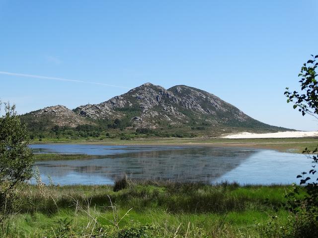 Monte Louro y laguna de As Xarfas en Muros
