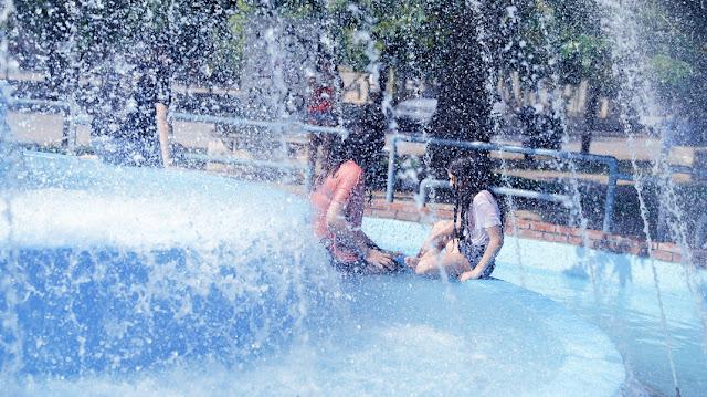 Θεσσαλονίκη: Η ζέστη τους έκανε να βουτήξουν σε συντριβάνι