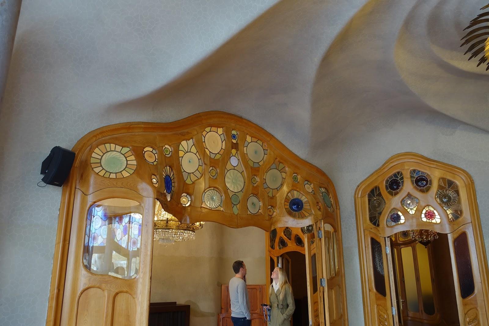 カサ・バトリョ(Casa Batlló) メインの居間からドア上の色ガラスを眺める