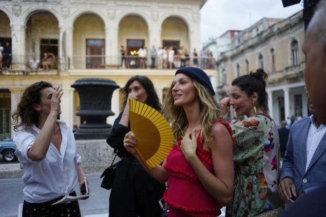 Chanel No 5 supermodel Gisele Bündchen Photo by @gisele {Cool Chic Style Fashion}