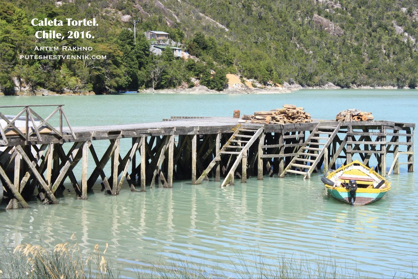 Лодка у пристани в Калета Тортел
