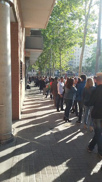 Waiting line at the office of the Spanish Ministry of Justice.