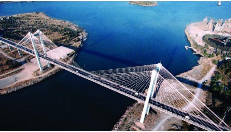 Εικόνα εγκατάλειψης στη Γέφυρα της Χαλκίδας: Τμήματα Τσιμέντου Πέφτουν στη Θάλασσα