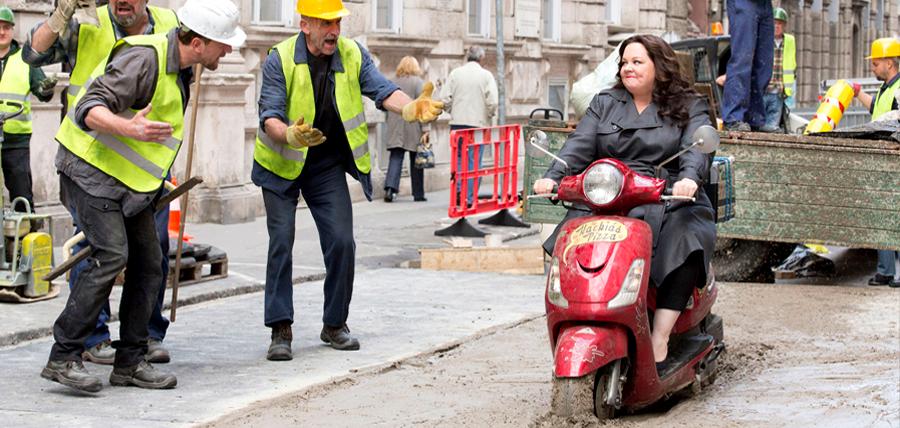 Melissa McCarthy în roul spionului Susan Cooper din comedia Spy (2015)