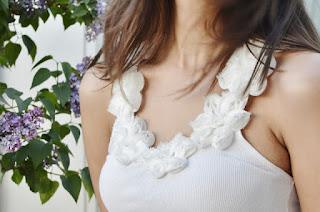 camiseta blanca con flores bonita closet rehab recupera tu armario
