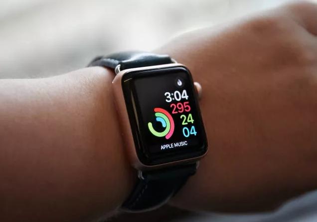 تعطل  Apple Watch Series 4 بسبب خطأ التوقيت الصيفي
