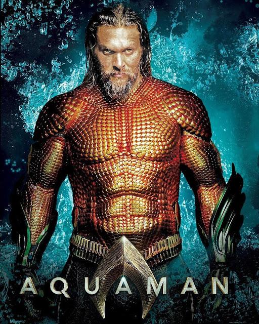 No pôster acima, divulgado como peça promocional do filme Aquaman, podemos ver o herói dos mares utilizando o seu uniforme clássico das HQs.