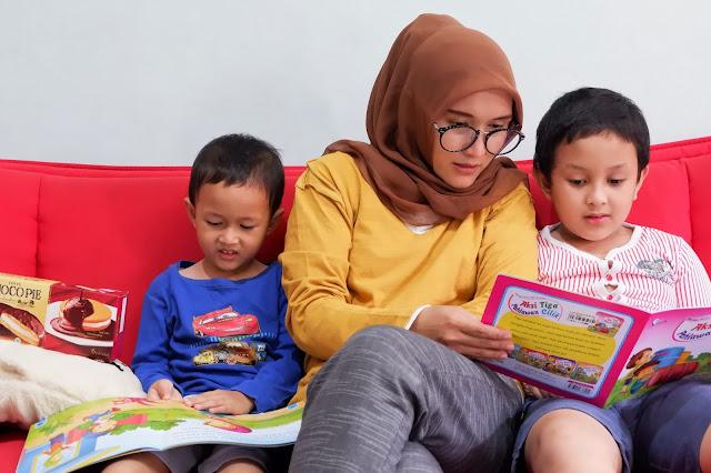 membacakan buku kepada anak merupakan moment kebersamaan dengan anak