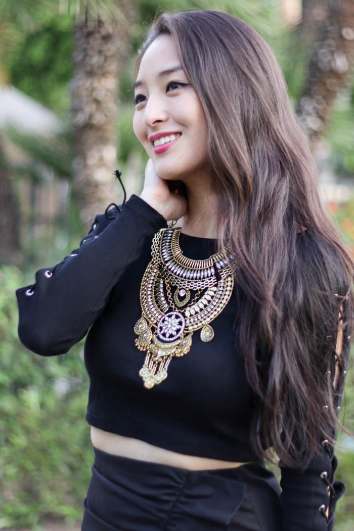 statement necklace on korean fashion blogger