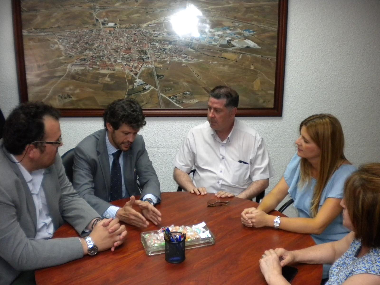 Sanz visita las localidades de valmojado y santa cruz de for Muebles santa cruz de retamar