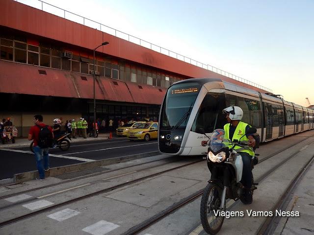 VLT em frente à Rodoviária Novo Rio e o motociclista sinalizando o caminho