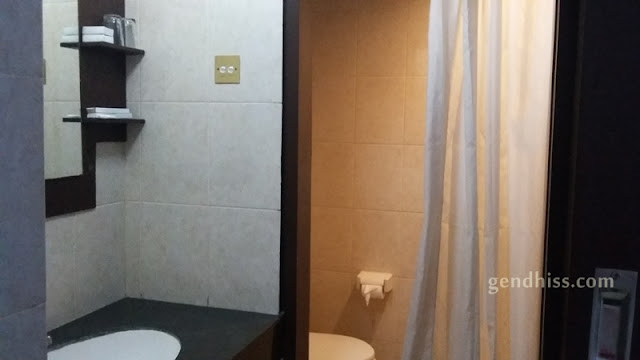 Area kamar mandi dan wastafel