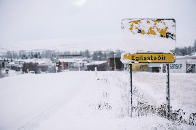 Señal de trafico avisando la entrada al pueblo