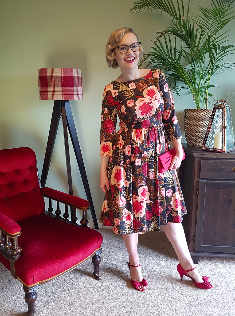 Scottish vintage style blogger Kimberley from Wardrobe Conversations wears a Mad Men style Hallhuber rose print dress for Edinburgh Cocktail Weekend