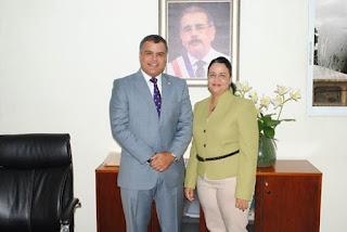 Alcaldesa de Yaguate recibe en su despacho al senador Tommy Galàn