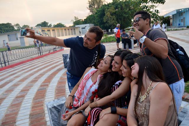 Los jóvenes selfiando