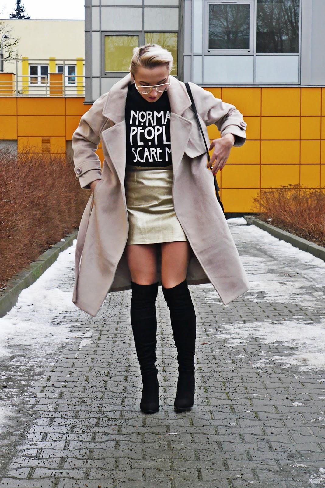 czarna_bluza_z_napisem_botki_za_kolano_karyn_230117
