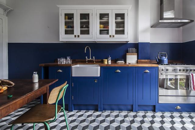 Ярко синий цвет для ретро-кухни в английском стиле!