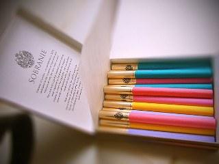 Selain warnanya kemasan bungkus rokok yang tampak mewah dan exclusive rupanya menjadi daya tarik rokok yang di Indonesia di kabarkan di impor dari China itu, tapi dibalik warna warni yang menarik anda harus mewaspadai bahaya kesehatan yang mengintai dibalik setiap hisapannya