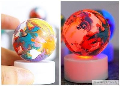 Luces con pelotas de ping pong representando planetas
