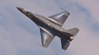 Ακυβέρνητο αμερικανικό F-16 βουτάει προς το έδαφος - Δείτε τί έγινε