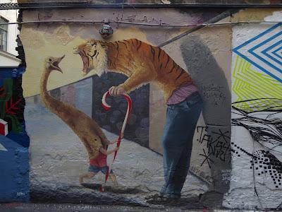 Treffen sich ein Tiger und ein Strauß...surreale Szene in Berlin, Paste Up, Streetart, UrbanArt