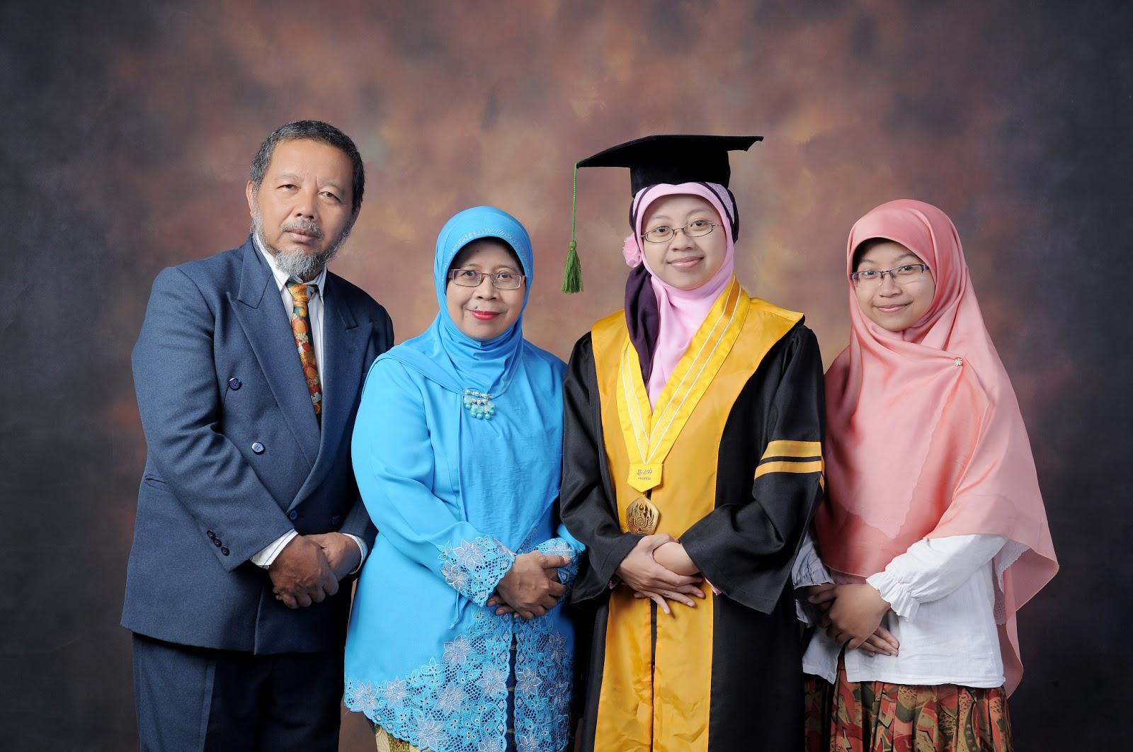 Foto Studio Wisuda Bersama Keluarga