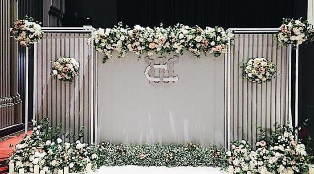 sewa backdrop pernikahan konsep modern