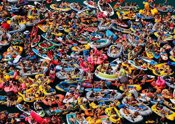 Holidaymakers on inflatable boats on Lake Firvaldshtetskomu in Switzerland. 5th of August. Author: Denis Balibaus